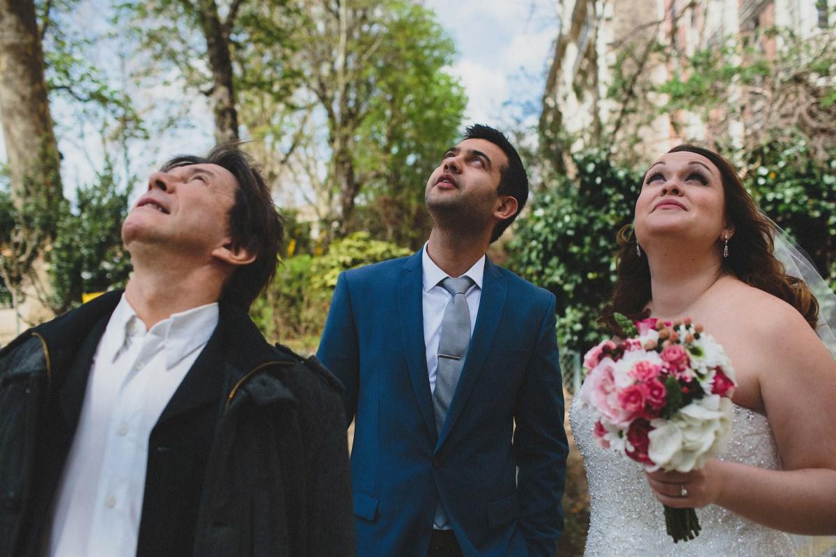 bride-groom-look-at-eiffel-tower