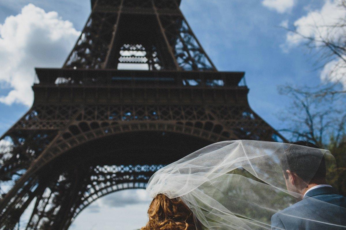 paris-brides-veil-blowing-eiffel-tower