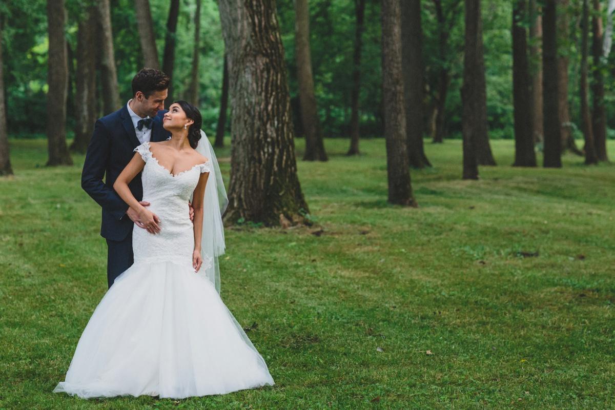 bride-groom-natural-setting