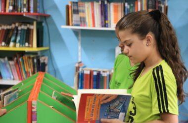 Garota lê o livro O Gênio do crime de João Carlos Marinho