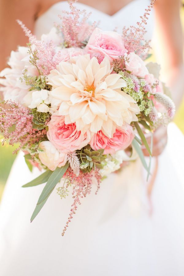 Bridal bouquet in tones of peach and lemon