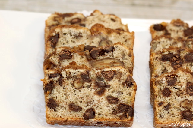 Chocolate Chip Banana Bread with Crunchy Topping | urbnspice.com