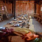 Tables mises pour recevoir les clients dans l'auberge