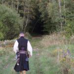 Aventurier téméraire s'avance vers l'entrée de la forêt