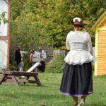 Aventurière marchant dans le centre du village