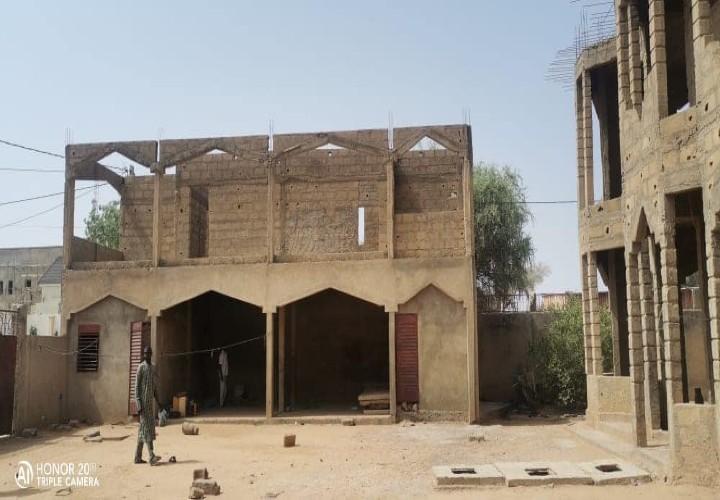 Maison Inachevée près de l' École Primaire Kouran Daga