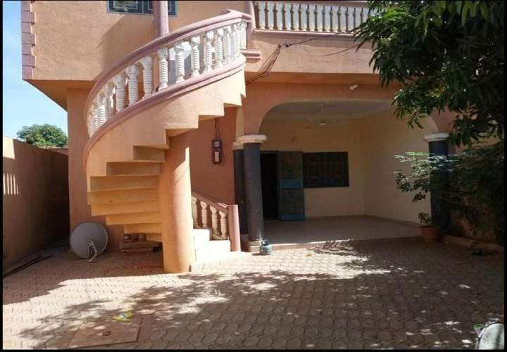 Villa 3 Chambres, Pavée, Dépendance