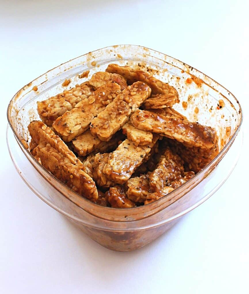 Marinating tempeh in a container
