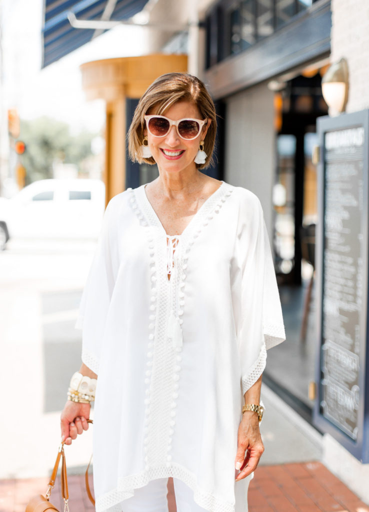 Dallas blogger wearing all white with neutral accessories