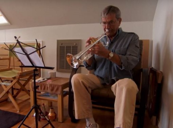 Man Goes Out On Balcony Every Day And Plays The Same Song. Now Watch How His Neighbors React 2