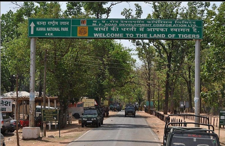 distance between kanha safari gates