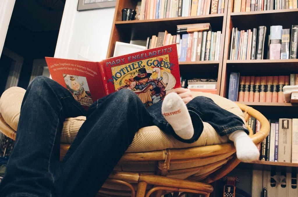 Papà che legge con figlio