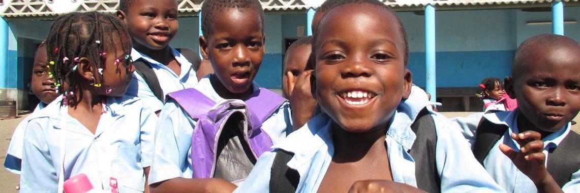 Crianças na hora do recreio em uma escola pública.