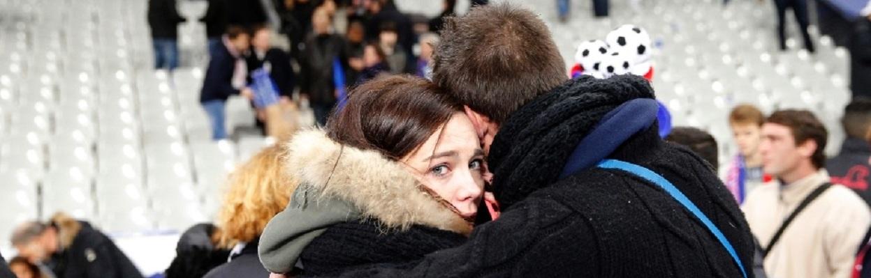 População aterrorizada diante do brutal ataque terrorista em Paris, 13 de novembro de 2015