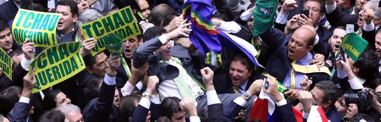 Deputados comemoram o voto do Dep. Bruno Araújo durante a votação da admissibilidade do impeachment.