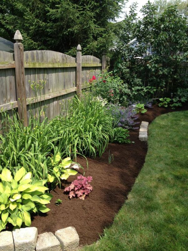Crisp edged beds and fresh mulch transforms any landscape.  Picture Lake Landscaping offers landscaping and landscape maintenance to WNY including Hamburg and Orchard park.