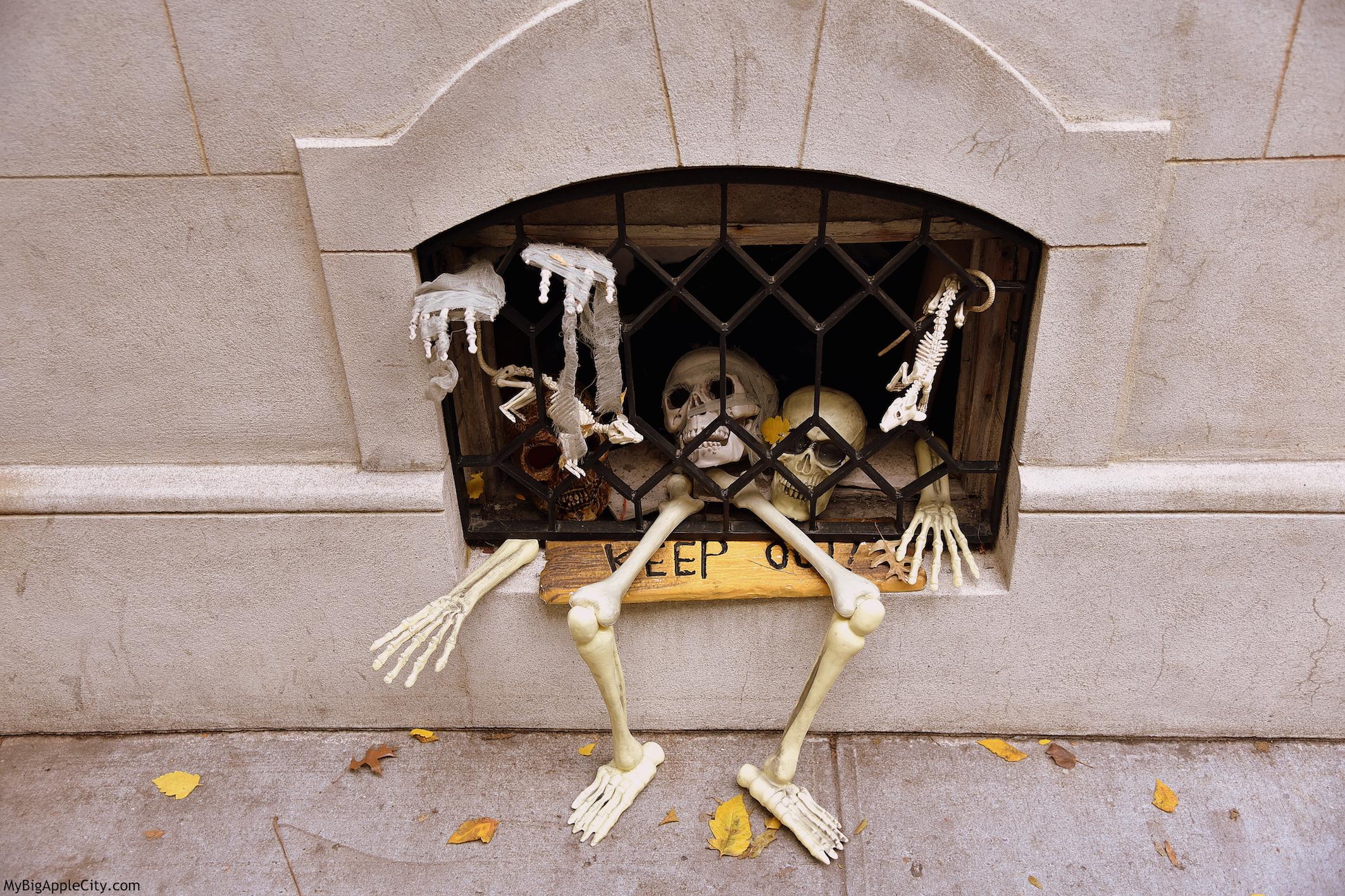 Halloween-NYC-skeleton-houses-travelblog-MyBigAppleCity