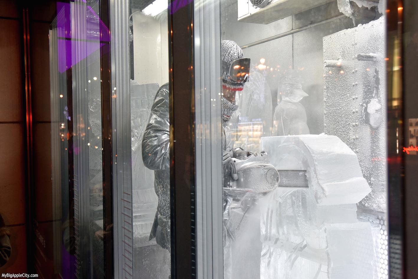 Ice-sculptor-Barneys-Holiday-windows-new-york-travelblogger-mybigapplecity
