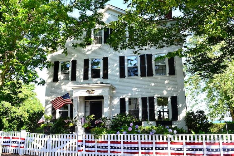 Martha's-Vineyard-beach-white-house-lifestyle