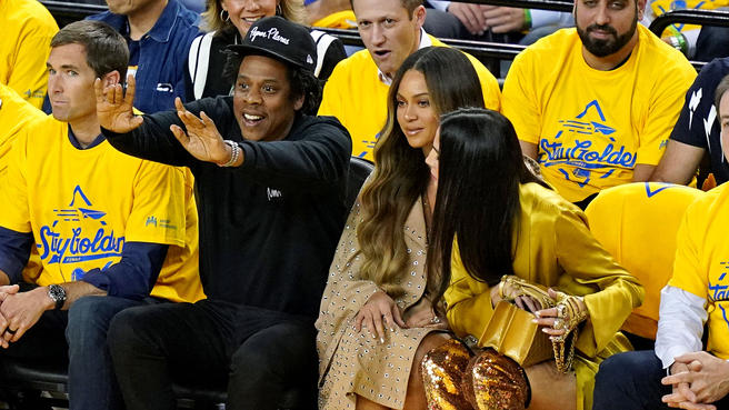 Beyonce and Jay Z at courtside