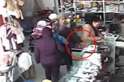 Video An old woman stealing like a master thief