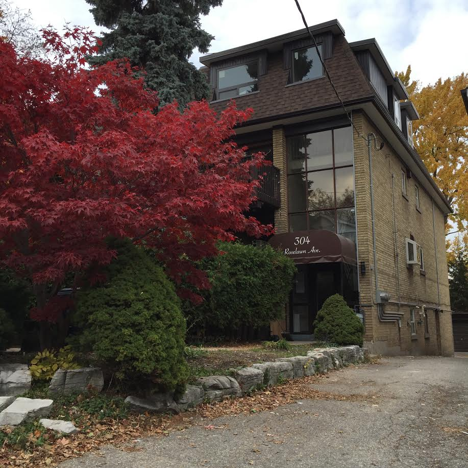 RENOVATED MAIN FLOOR 2 BEDROOM UNIT IN LAWRENCE PARK SOUTH