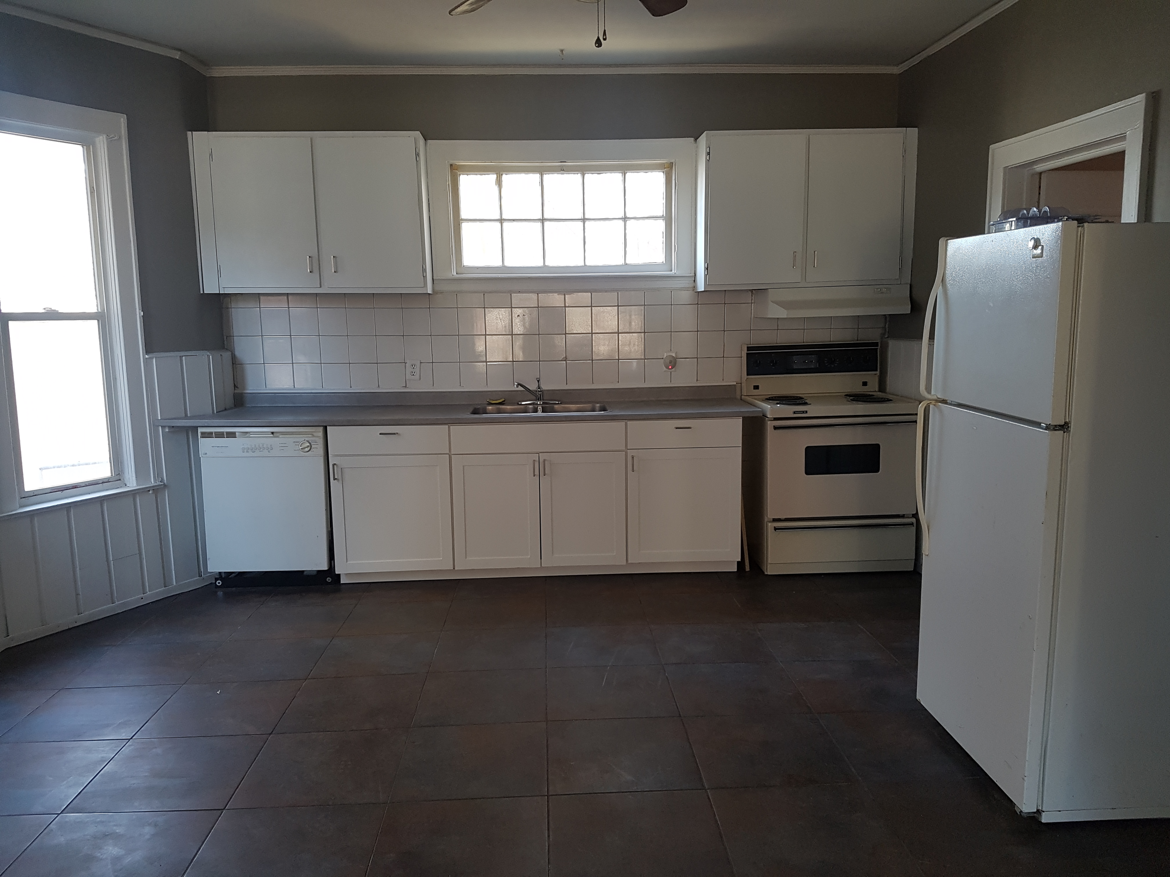 NEWLY RENOVATED 1 BEDROOM UNIT LOCATED IN DOWNTOWN WINDSOR