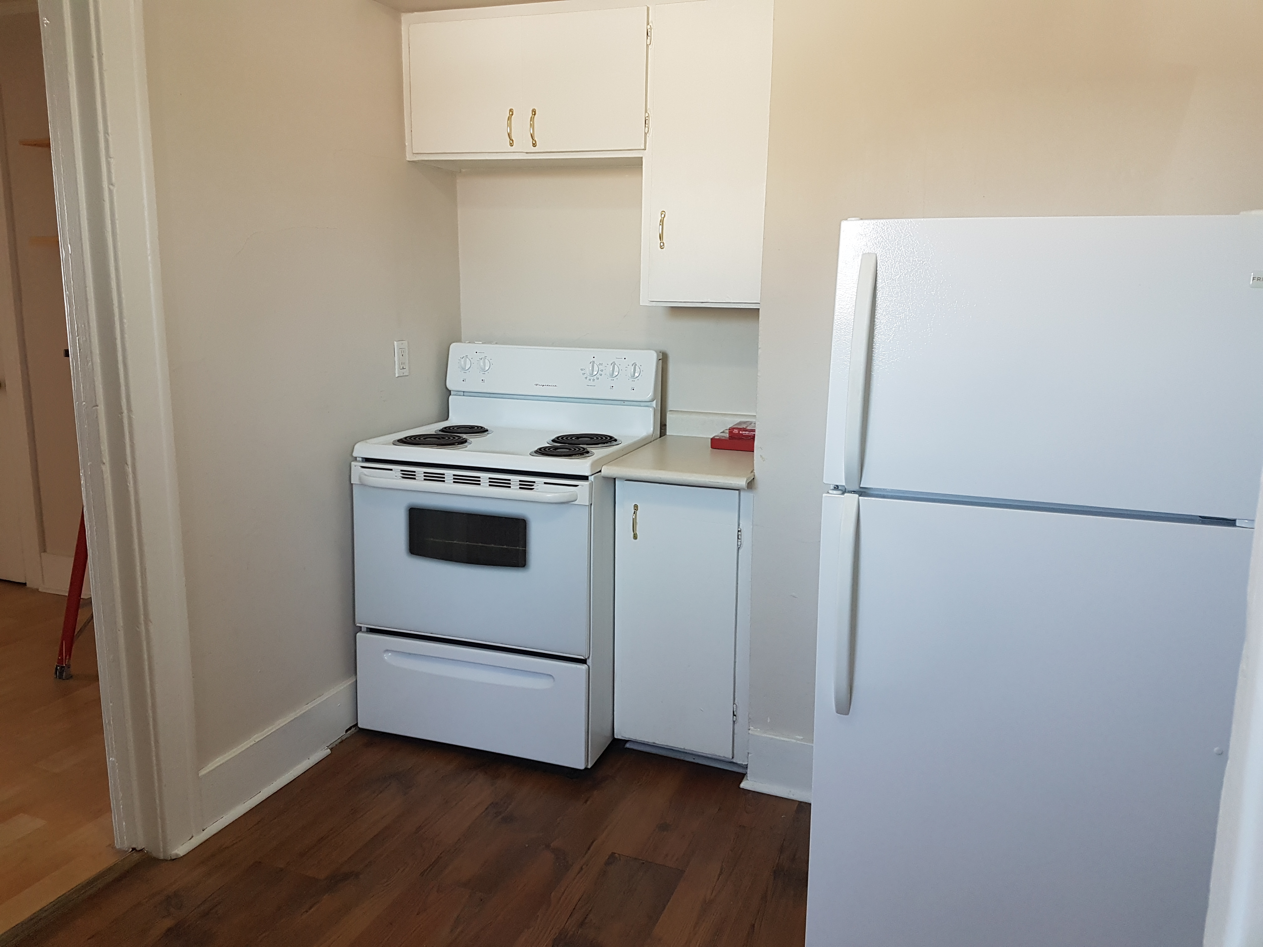 RENOVATED CHIC 1 BEDROOM UPPER UNIT IN CENTRAL WINDSOR