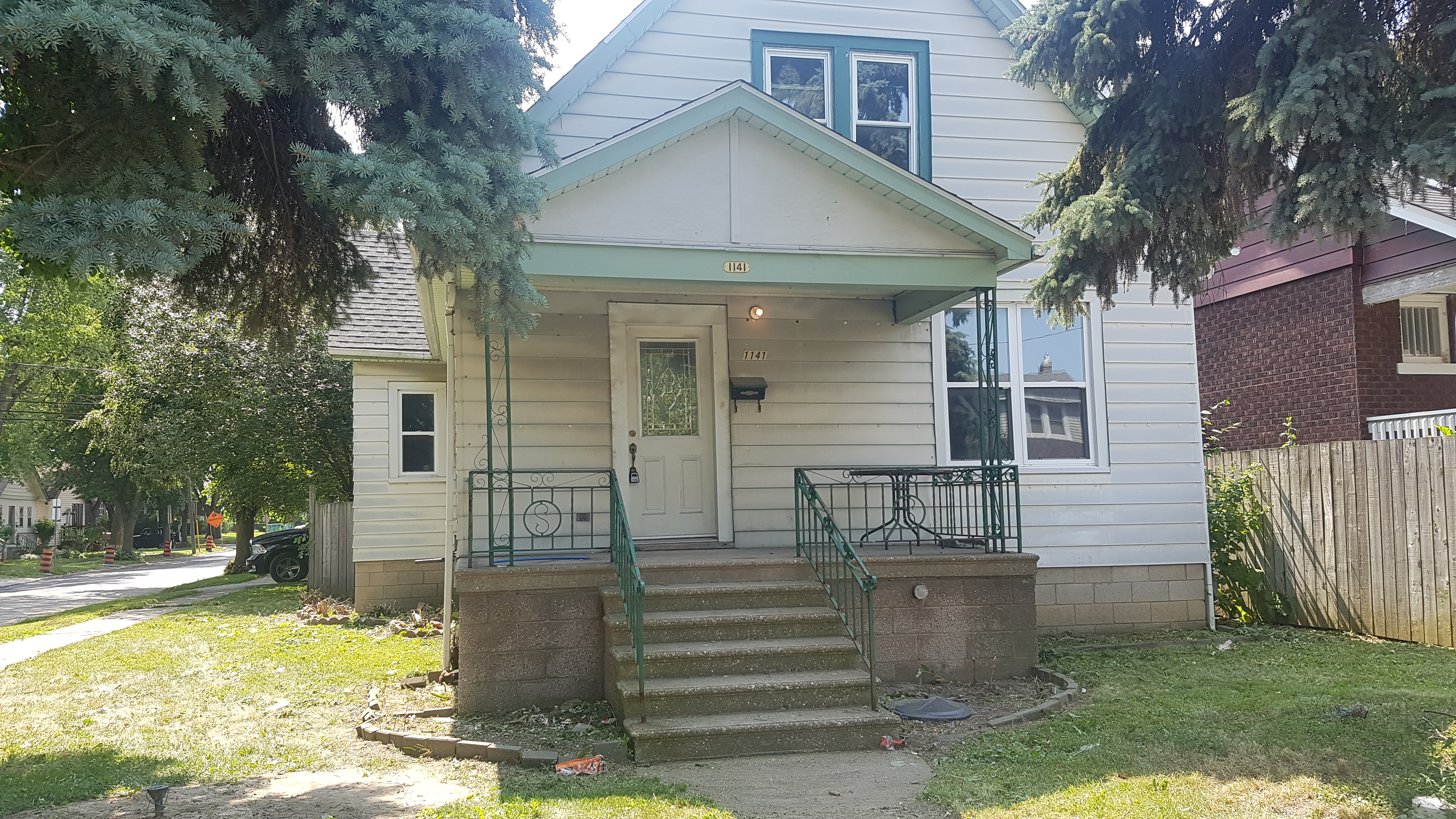 NEWLY RENOVATED 1 BEDROOM LOWER UNIT IN DOWNTOWN WINDSOR