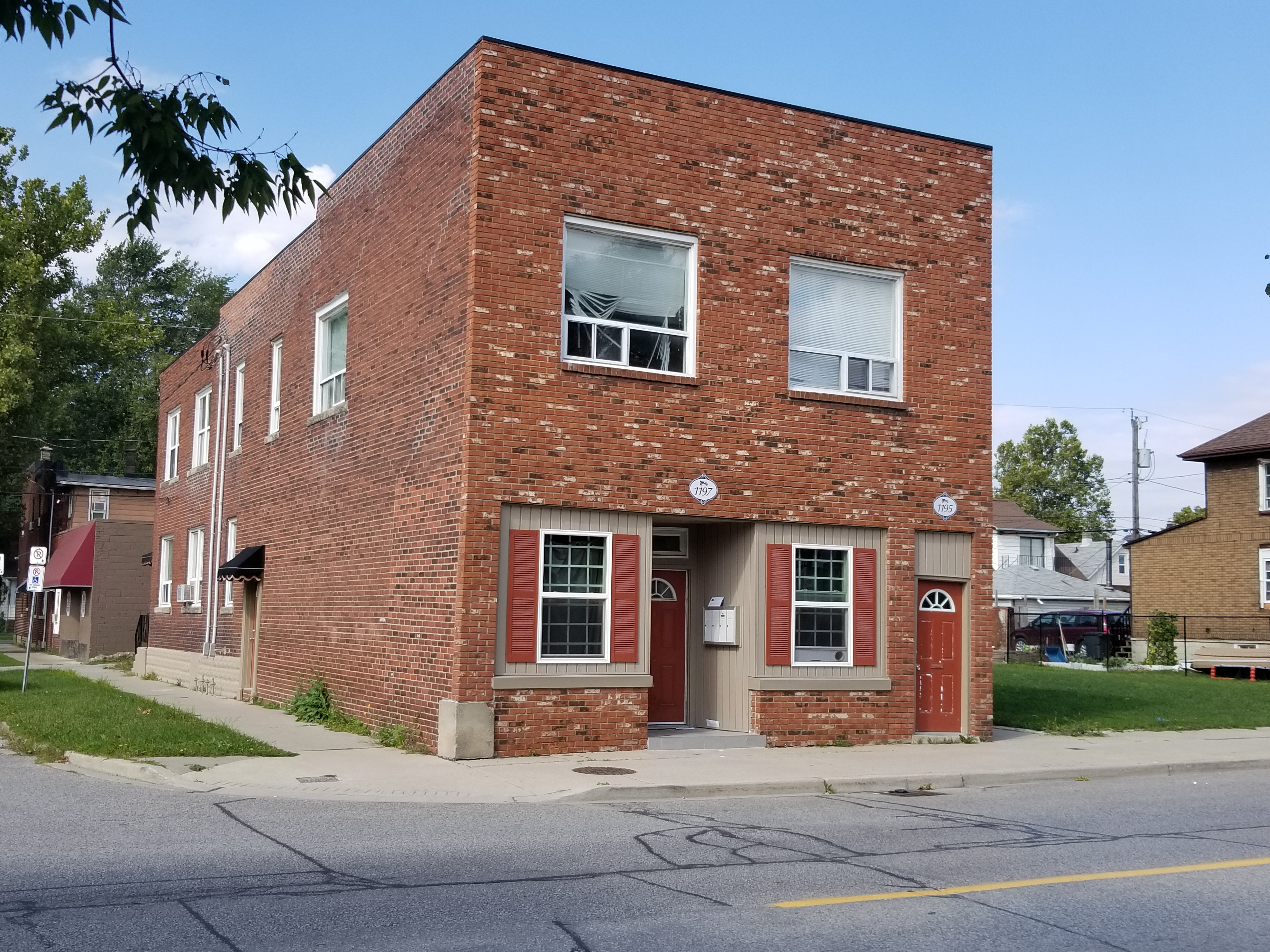 2 BEDROOM UPPER UNIT IN THE HEART OF FORD CITY