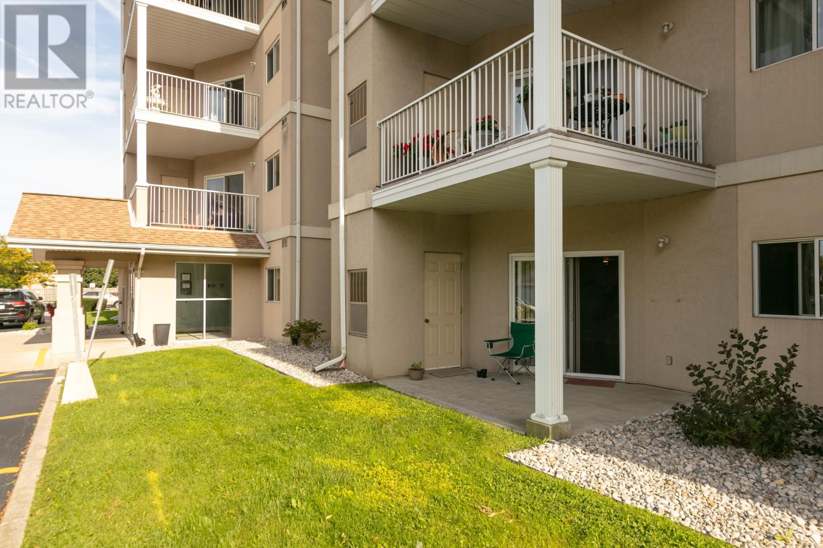 CAREFREE CONDO LIFESTYLE WITH PATIO IN SOUTH WINDSOR