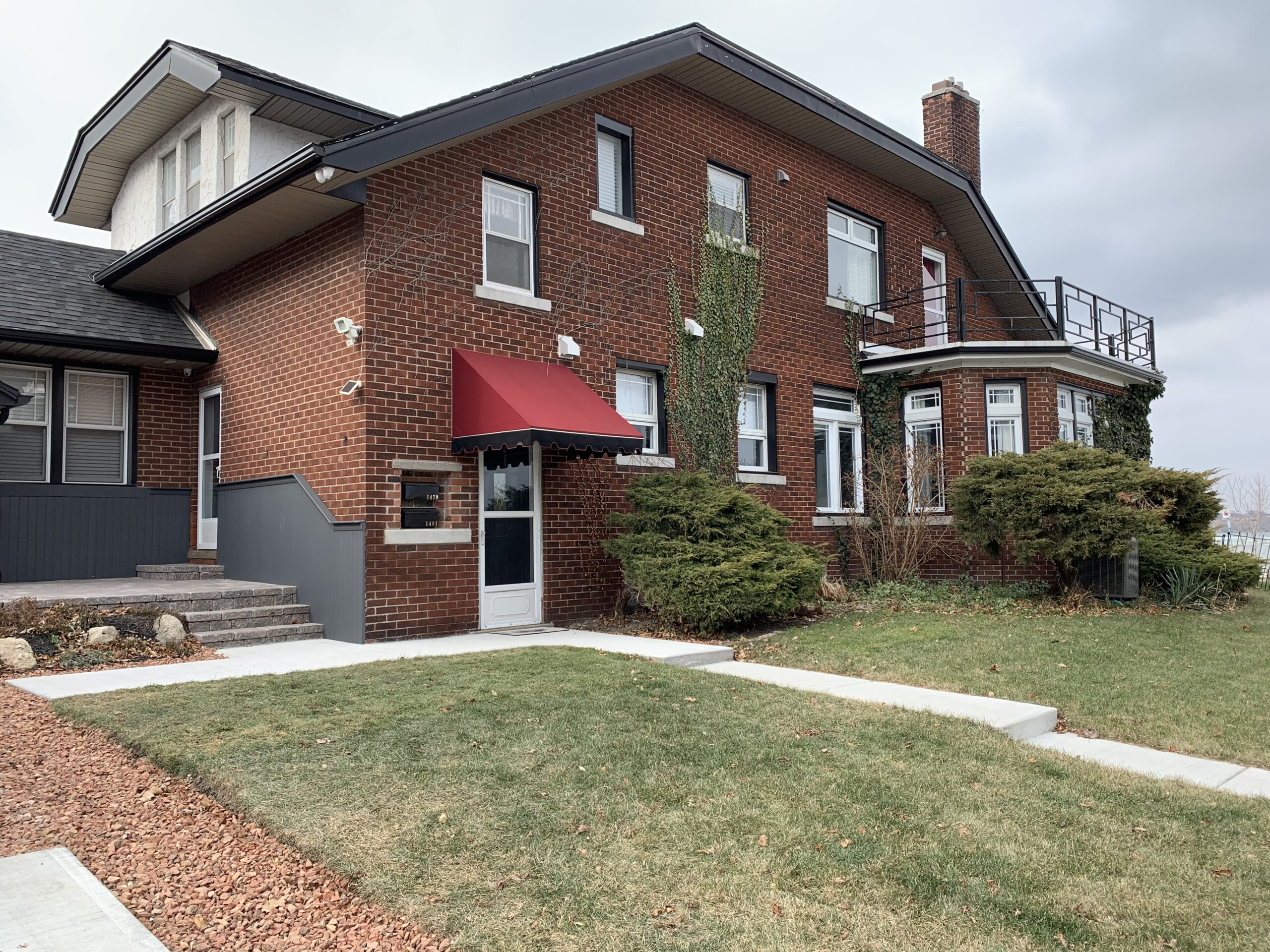 EXECUTIVE UPPER WITH FANTASTIC WATER VIEWS ON RIVERSIDE DRIVE EAST