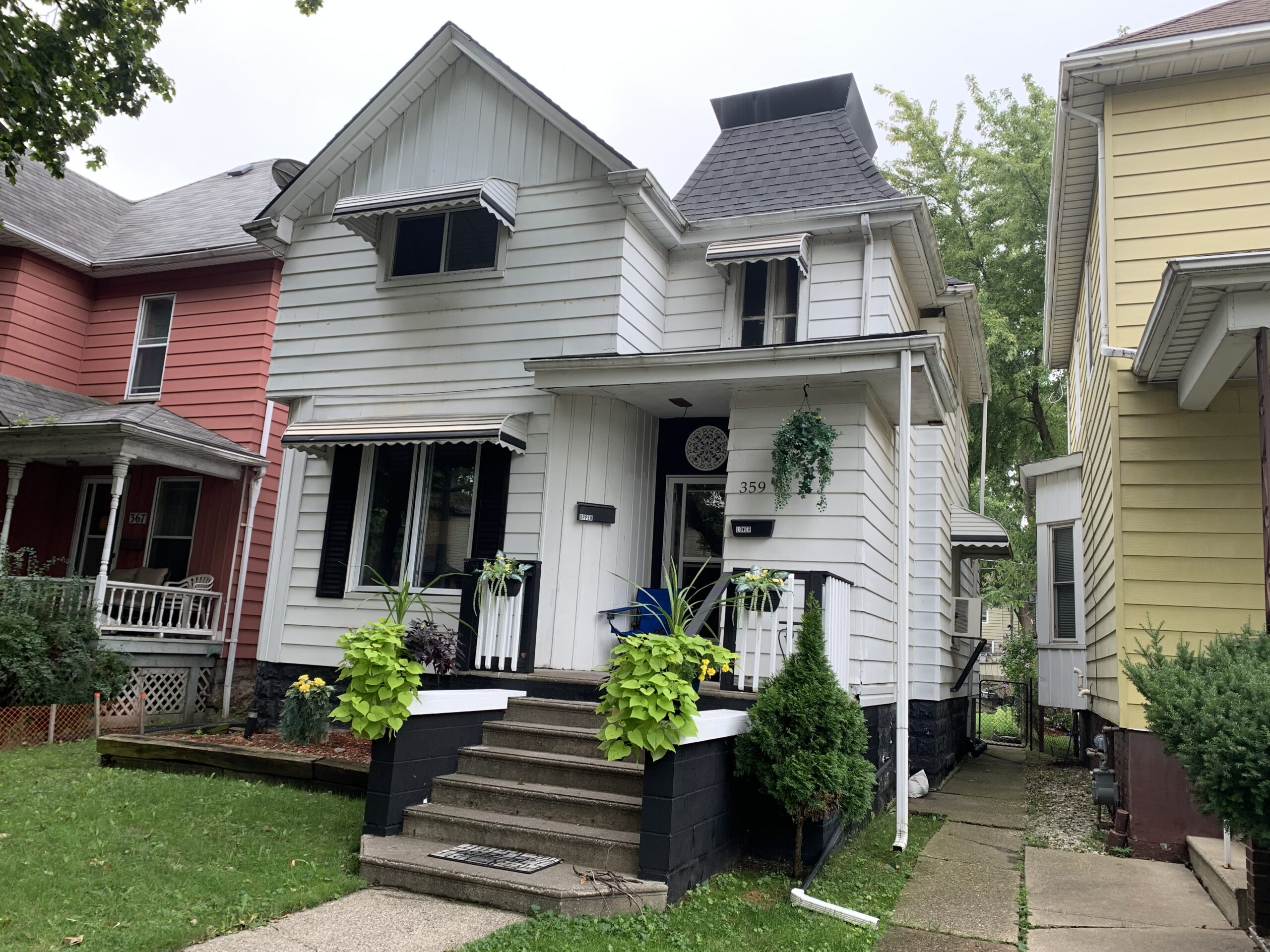 WELL MAINTAINED UPPER UNIT WITH 2 BEDROOMS & LAUNDRY IN WALKERVILLE
