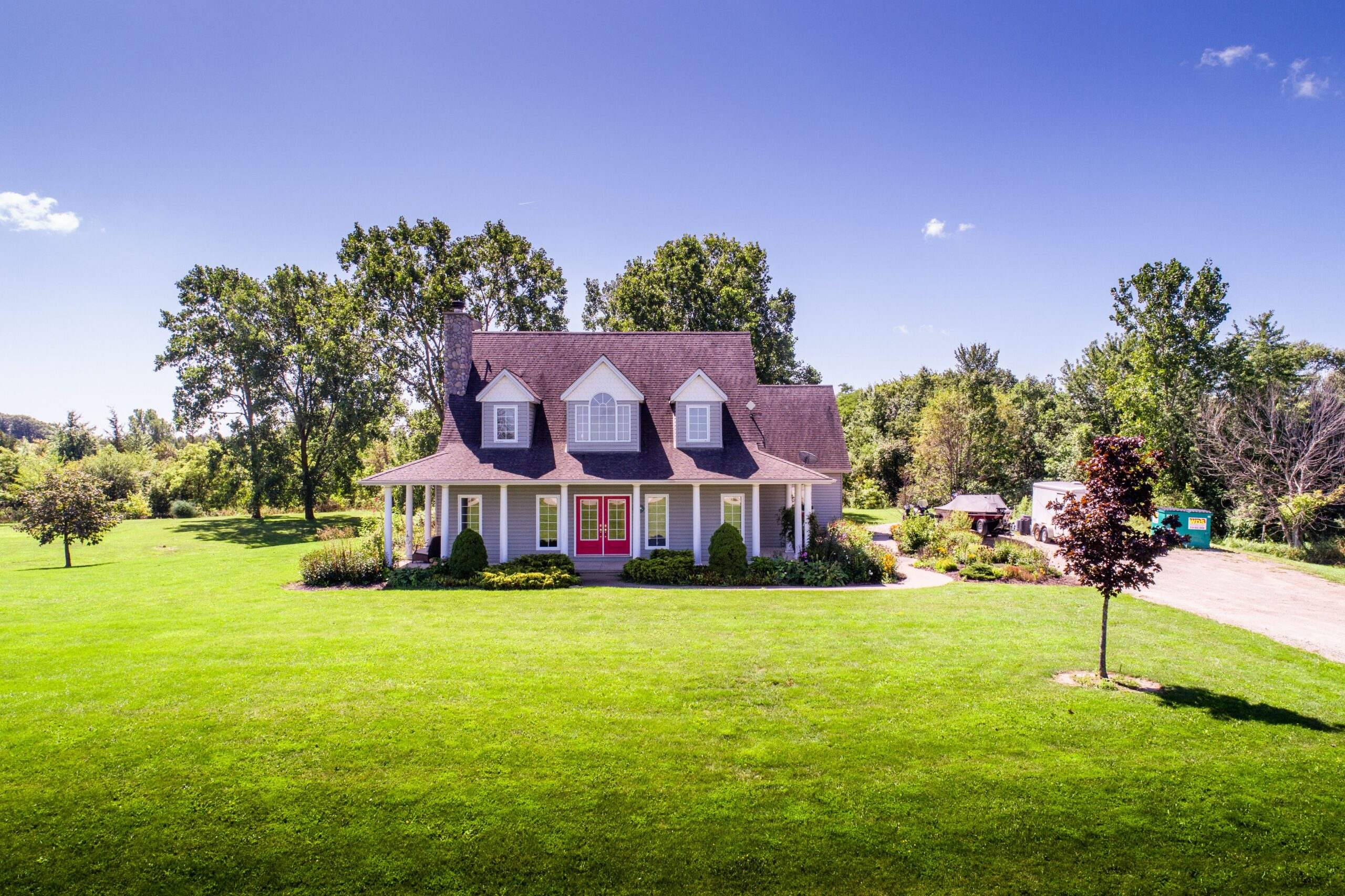 COUNTRY LIVING IN THE HEART OF ESSEX COUNTY!