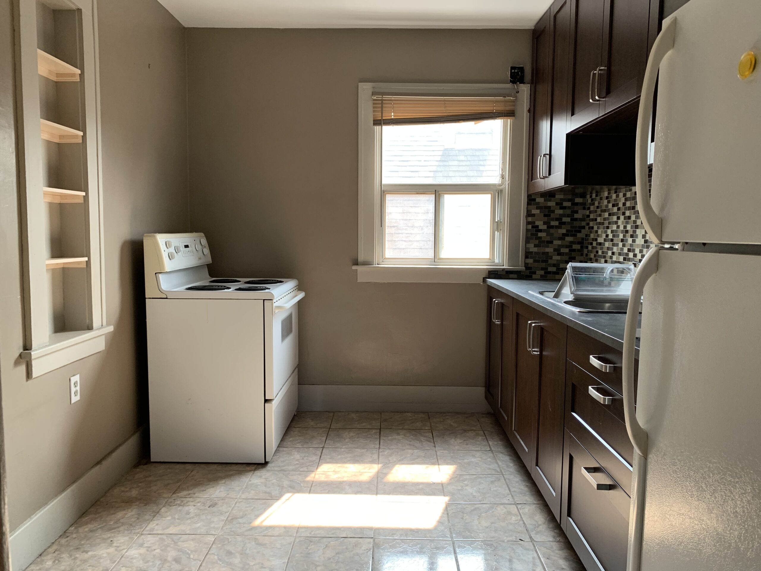 WELL MAINTAINED & SPACIOUS UPPER UNIT IN SOUTH CENTRAL WINDSOR