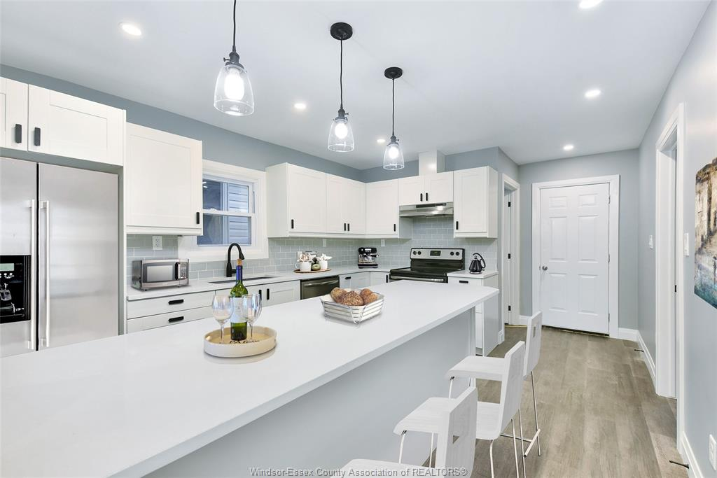 GORGEOUS BUNGALOW WITH CHEF'S KITCHEN IN WALKERVILLE
