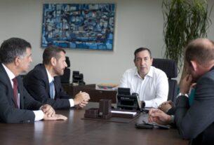 Prefeito de Mogi, Marcus Melo, em reunião com o secretário estadual Marcos Penido