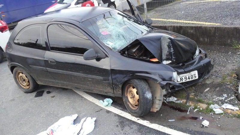 Bandidos em fuga colidem carro