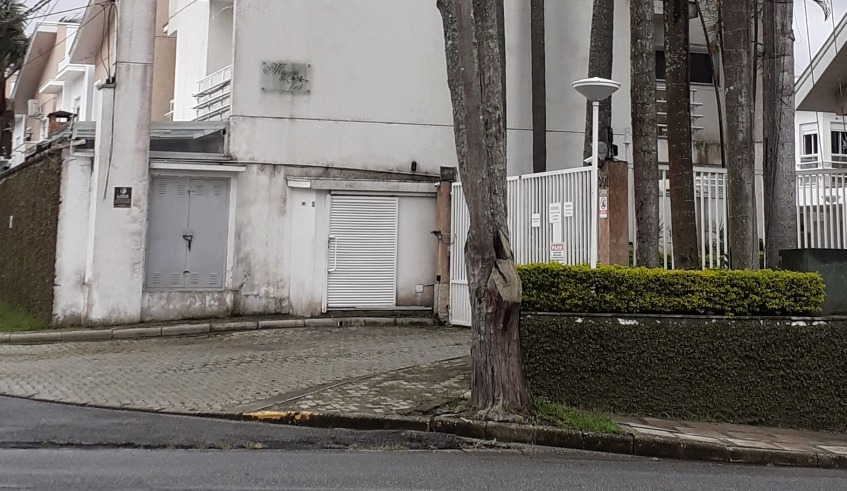 Árvore comprometida na Vila Oliveira