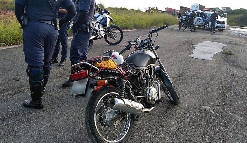 Moto com placa adulterada e chassi raspado