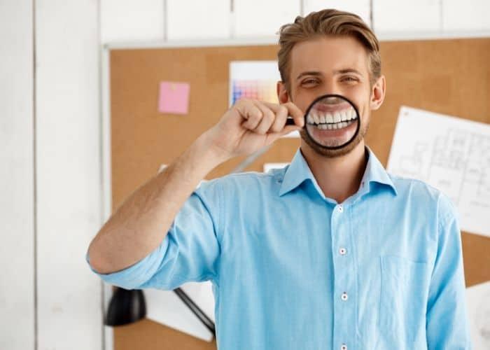 ¿Puntos Blancos en tus Dientes? Eso es Fluorosis Dental, pero se Puede Solucionar