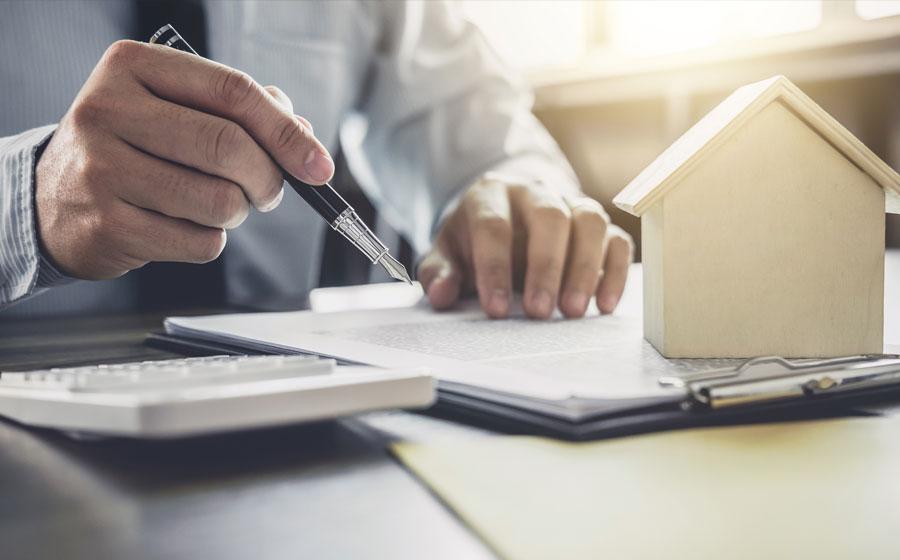 Persona firmando el seguro de hogar