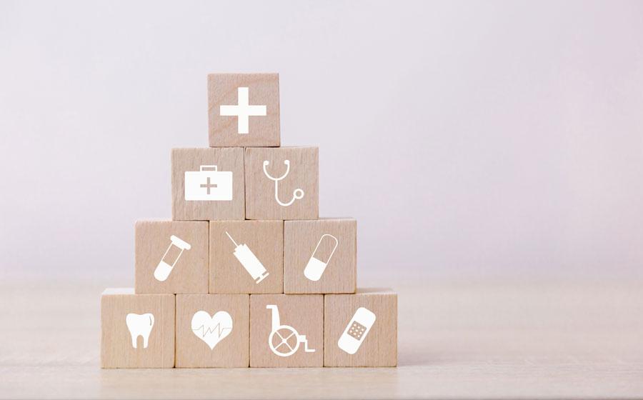Cajas con iconos que representan seguro de salud