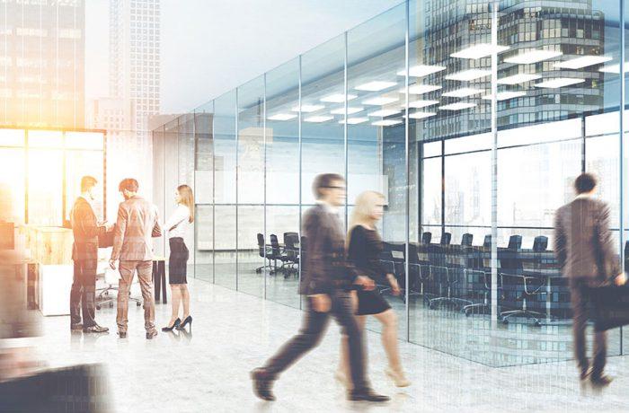 Personas en movimiento en oficina