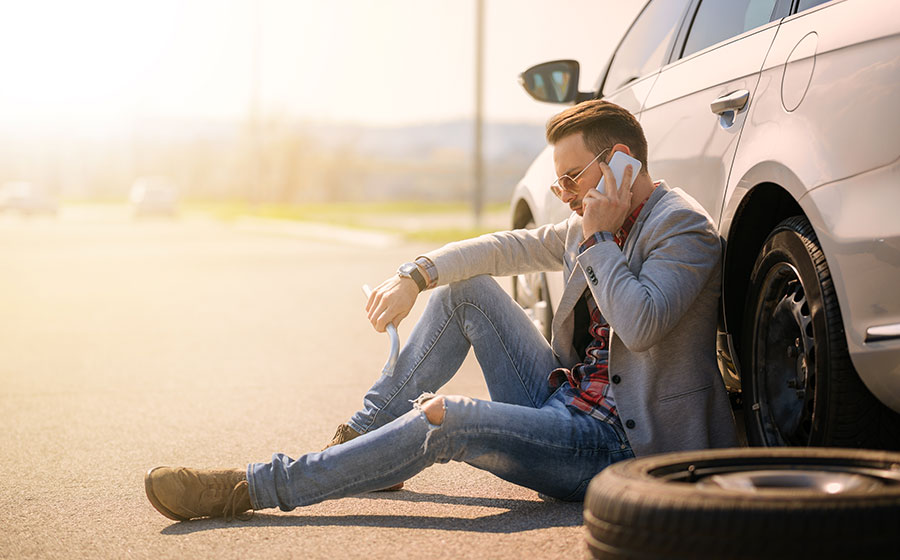 Hombre llamando a su servicio de seguro de vehículos