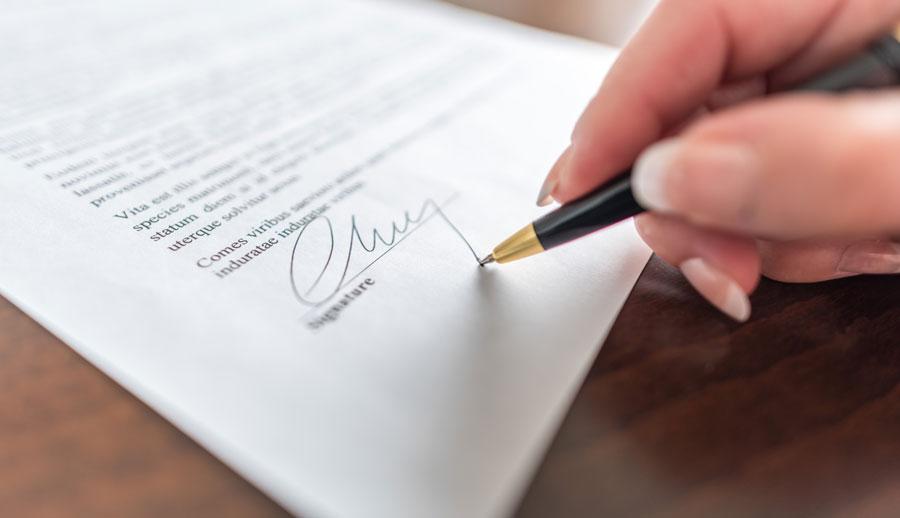 Persona firmando contrato legal