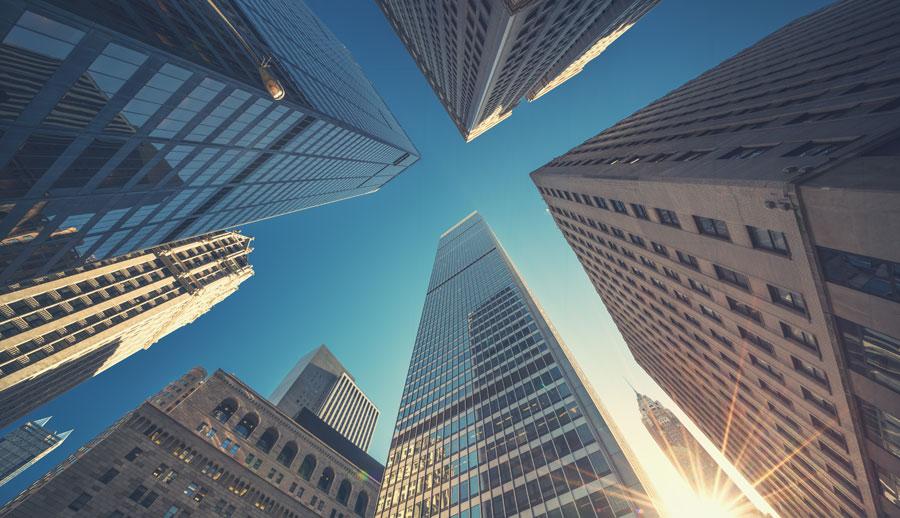 Vista de varios edificios desde abajo indicando servicio corporativo
