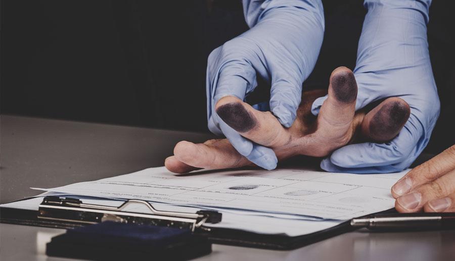 Manos con guantes tomando huellas dactilares por tránsito y criminal