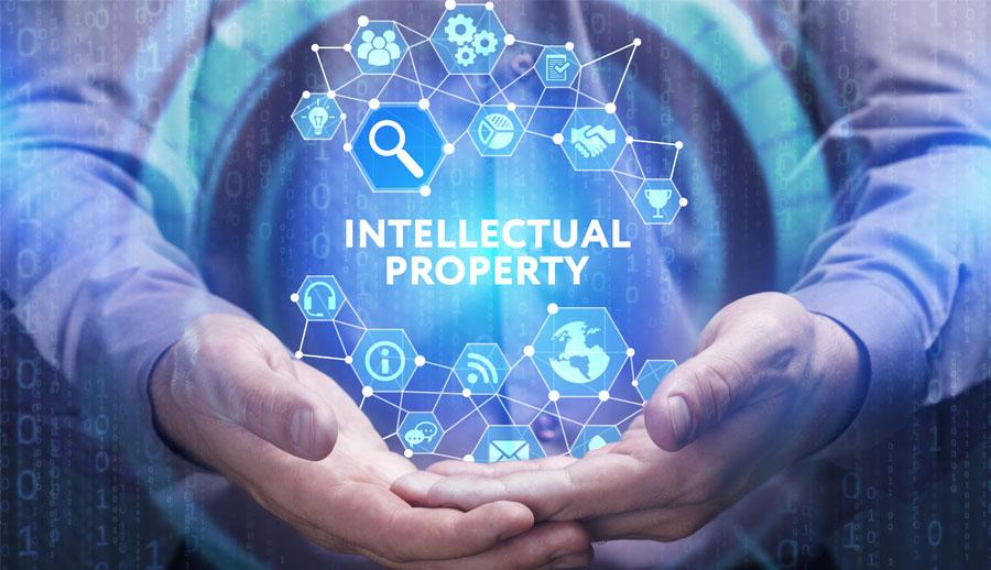 Un hombre sosteniendo iconos que representan propiedad intelectual
