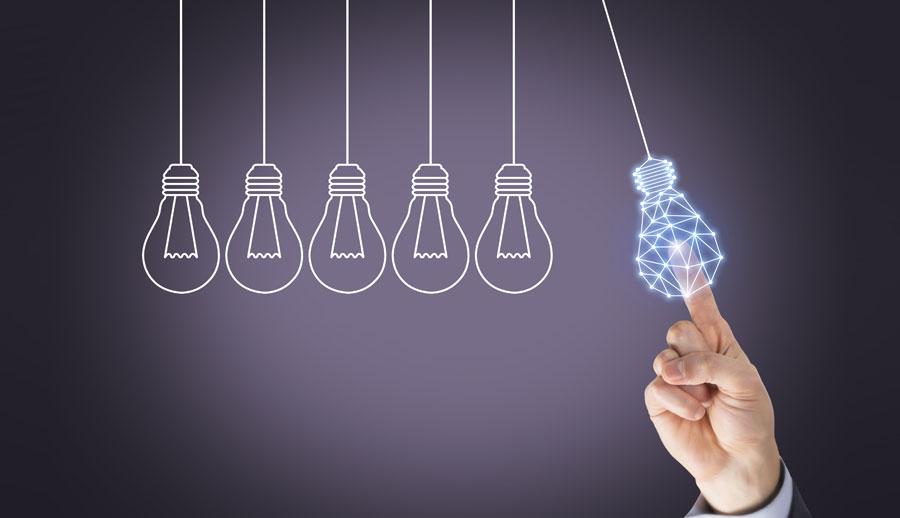 mano sosteniendo un foco de propiedad intelectual
